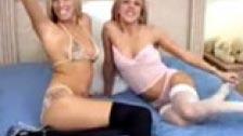 Due lesbiche giocose che praticano sesso fetish