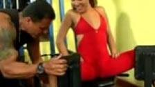 Enseñando a estar en forma a una brasileña en el gimnasio