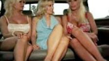 Dos lesbianas maduras saliendo de caza de mujeres en limusina