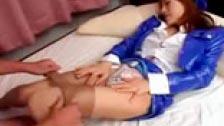 Japonesa con un vestido hortera azul penetrada por su chocho peludo