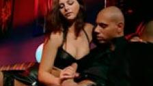Jessica Fiorentino enrrollándose con un tipo calvo en los reservados