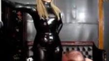 Elektra Skye humillando a su esclavo sexual vestida con latex negro