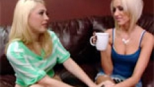 Breanne Benson y Kagney Linn Karter comindose el chochito