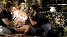 Dalila follando con los ojos vendados con dos hombres