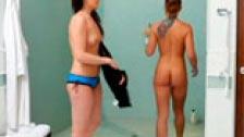 Lésbico en la ducha entre Samantha Ryan y Inari Vachs