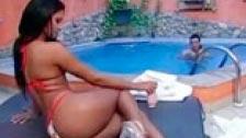 Dando protetor solar na pele da brasileira Emanuelle Diniz