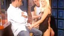 Sandra Russo follándose dos hombres en un bar de copas
