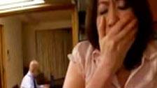 Japonesa infiel a seu marido com seu filho na cozinha