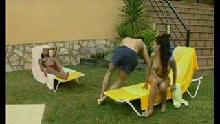 Nacho Vidal wirft zwei exotische Frauen auf Sonnenliegen