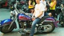 Bambu e Liza Del Sierra porra em uma loja de moto custom
