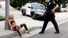 Cop putain Bree Olson sur le capot de la voiture de patrouille
