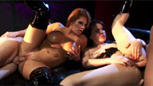 Juegos fetichistas anales con Dana DeArmond y Brooke Haven