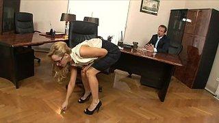 Aleska Diamond follando con el jefe en su despacho
