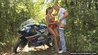 Course entre une moto et une voiture conduite par Rivas Ange