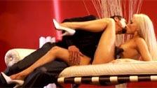 A loira Brea Bennett transa sensualmente em um divã