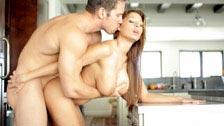 Alison Star en una romántica follada en la cocina y en el dormitorio