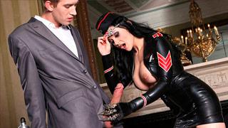 Anastasia Brill in una spia porno film parodia