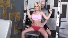 Ahryan Astyn follando en el gimnasio con su entrenador