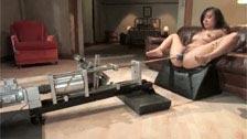 Annie Cruz transa com uma máquina de sexo