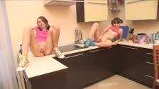 Due giovane masturbarsi con alcune carote