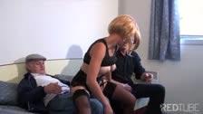 Dos viejos aprovechandose del coño tierno de una jovencita con peluca