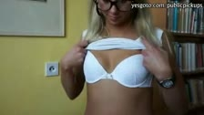 Candy Love es una rubia empollona que va a ser follada y enculada en una biblioteca publica