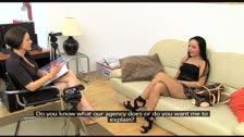 La madura Cameron Cruz seduciendo a la joven Angellina en una casting porno