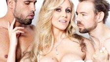 Julia Ann faz sexo grupal com vários homens pela primeira vez