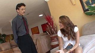Allie Haze odgrywa rolę uczennicy i rucha się ze swoim ojczymem