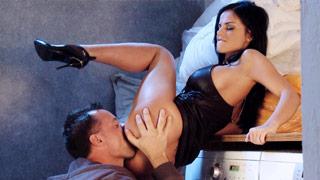 Black Angelika é forçada a fazer sexo anal na lavanderia