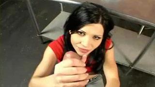 Follada anal con la española Rebeca Linares en una lavandería