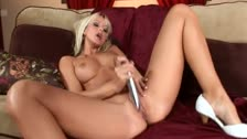 Jana Cova posando para ti termina masturbndose con su vibrador