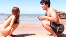 Japonesa masturbndose en la playa mientras la hace fotos su novio