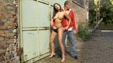 Zafira haciendo una paja con sus manos a un desconocido en la calle