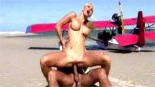 Auf dieser exotische Szene sehen Caylian Curtis kommt zu einem Strand mit einem Partner in