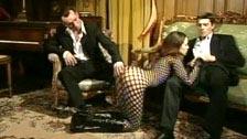 Cynthia Lavigne follando en traje de rejilla con dos maromos