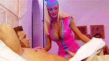 Harmony Grant follando vestida de enfermera con uniforme de látex