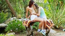 Dos chicas enrollándose junto a un lago en plena naturaleza
