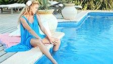 La sensual modelo Regina haciéndose un dedo junto a la piscina