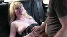 Ein Taxifahrer eine junge Mädchen putzen haarige Muschi in sein Taxi