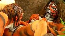 Casais com o corpo pintado como tigres porra nonstop