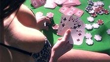 Valentina Nappi pierde al strip poker y termina follada por el culo