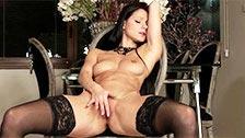 Melisa Mendiny se hace un dedo abierta de piernas y posando