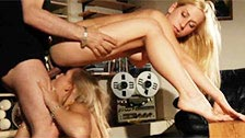 Deux blondes sexy partageant le même mâle