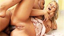 Morbosa rubia poniendo los cuernos a su marido con un negro rapado