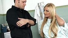 Rubia follando con su medico en la habitacion de un hospital