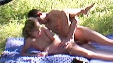 Couple amateur se posa sur le sol de la forêt