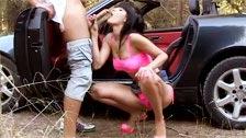 Autoestopista haciendo una paja y siendo follada en un deportivo