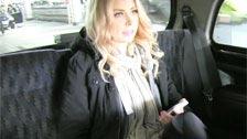 Turista canadiense se lo hace con un taxista en el asiento trasero