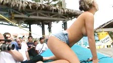 Concurso de lap dance em um bar de praia